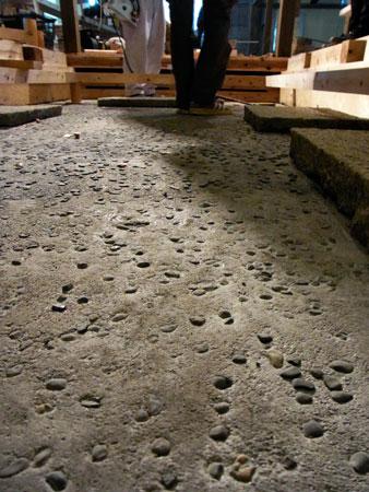 「炭焼 万作 えびす通り」モルタルの砂利埋め