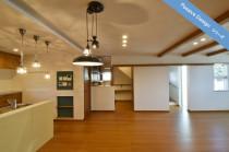 サンゴの漆喰、コットン壁材…健康素材にこだわった3階建てパッシブ・デザインハウス